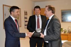 Oberbürgermeister Sven Wagner überreicht an Maciej Tybura (l.), Vorstandsvorsitzender der CIECH S.A., zur Erinnerung ein Präsent.
