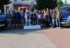 Die Last-Minute-Bus-Tour startete mit 13 jungen Teilnehmern am Staßfurter Standort der Akademie Überlingen. [(c) Jobcenter Salzlandkreis]