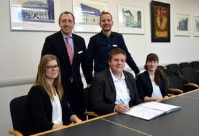 Die Auszubildenden 2019 werden herzlich durch den Oberbürgermeister Sven Wagner und den Ausbildungsleiter Dominik Iser (stehend) bei der Unterzeichnung ihrer Ausbildungsverträge in Empfang genommen.