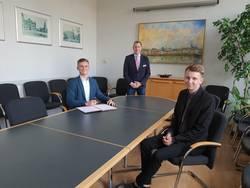 Clemens Kotzyba (l.) und Tom Zeuch sind ab 1. August neu im Team der Stadtverwaltung. Oberbürgermeister Sven Wagner hieß sie bei der Unterzeichnung ihrer Ausbildungsverträge herzlich willkommen.